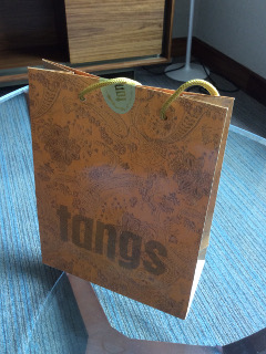 Tangsの金色の紙袋