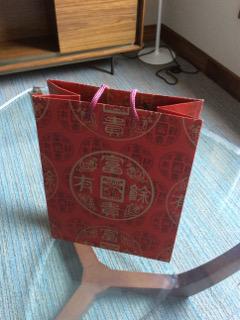 お目出度い赤色の紙袋