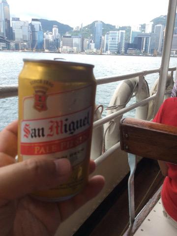 船上で飲むサンミゲル