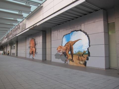 福井駅の壁から飛び出す恐竜たち