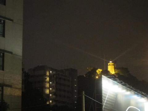 ライトアップされたギアの灯台