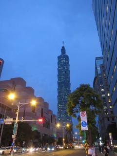 黄昏時の台北101