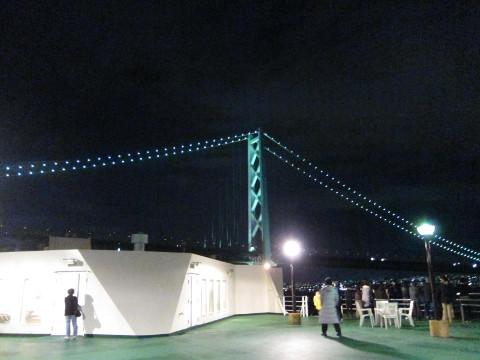 迫る明石海峡大橋