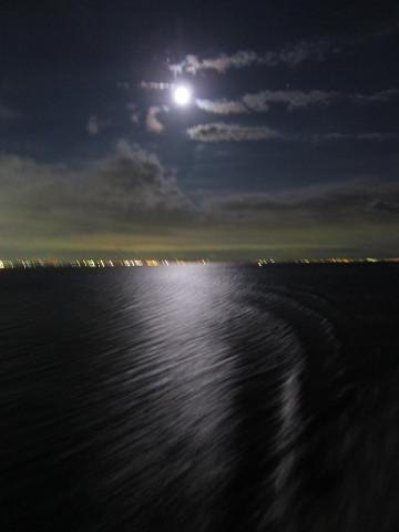 夜の海を疾走