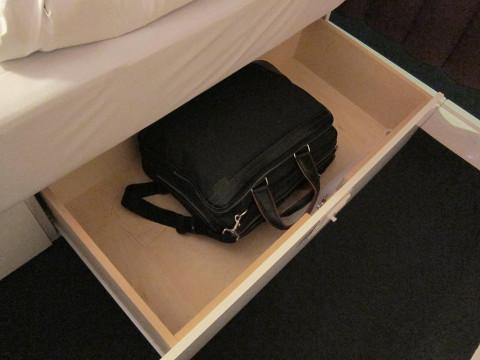 ベッド下の荷物入れ