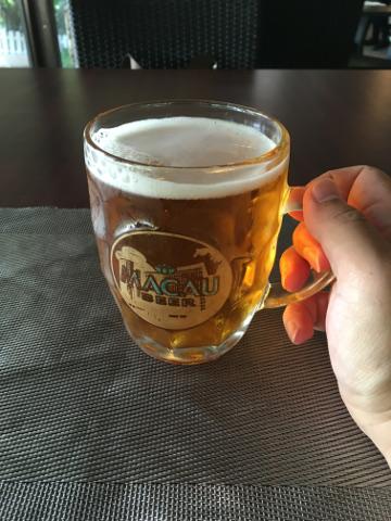 マカオビールを飲む