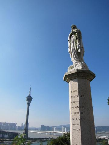 聖母子像とマカオタワー