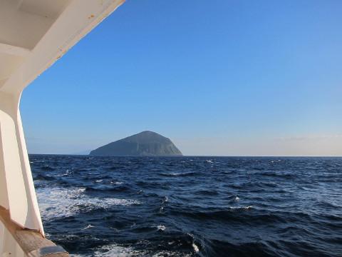 新島沖を航行中