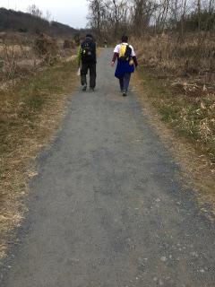 小道を歩く