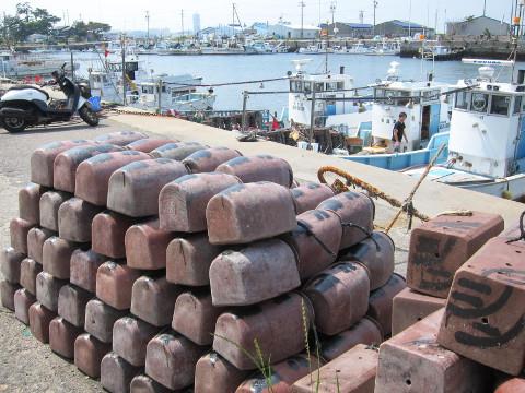 タコ壺と漁港