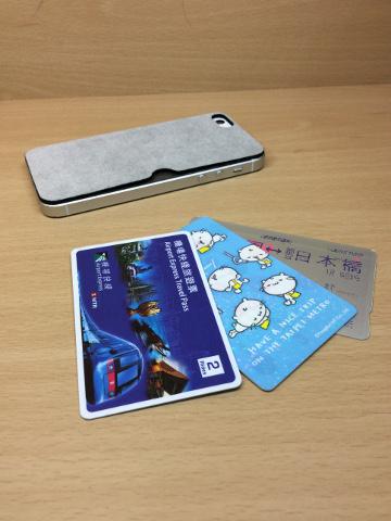 カードポケット付きiPhone SEと各種カード