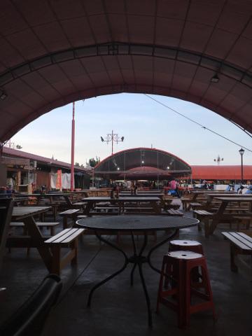 夜市の食事スペース