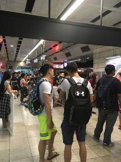 混み合う台北駅ホーム