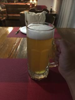生ビールを飲む