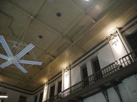 金融資料館の高い天井