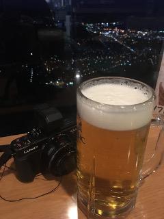 夜景を見ながらビールを飲む