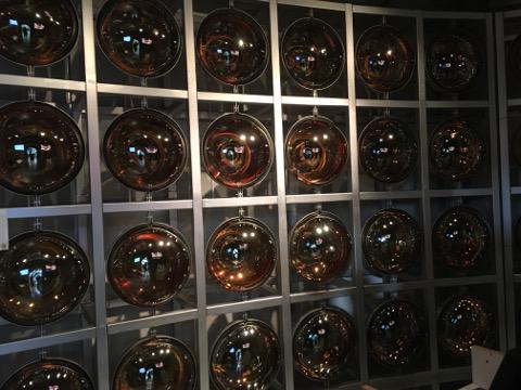 スーパーカミオカンデ水槽内壁のランプ