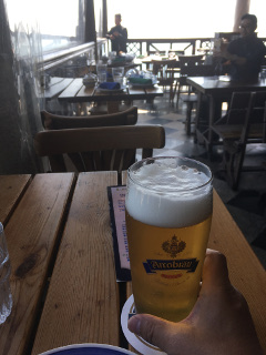 オープンテラスでビールを飲む