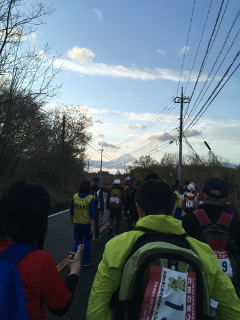 集団歩行中に富士山が見えた