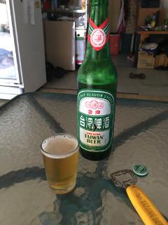 台湾ビールを飲む