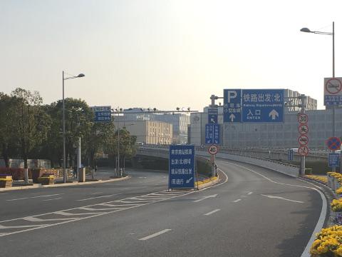 南京南駅舎へのアプローチ